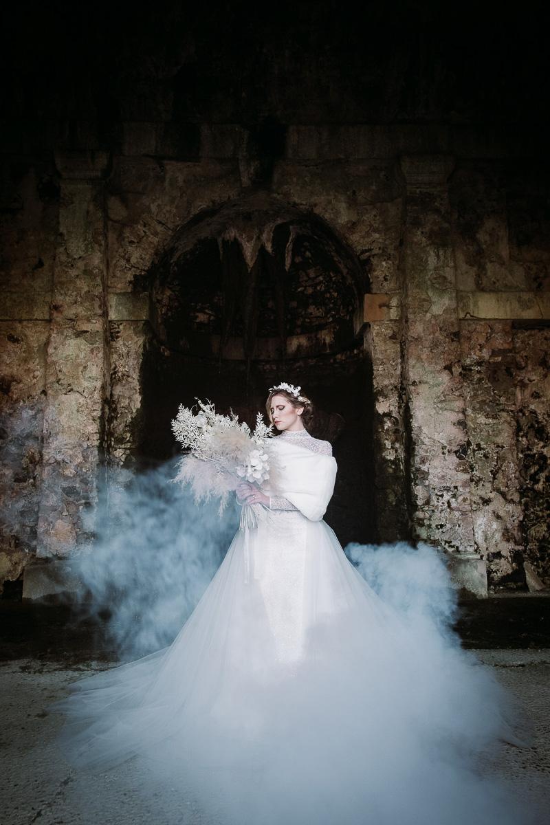 winter wedding in villa bride dress fur bouquet
