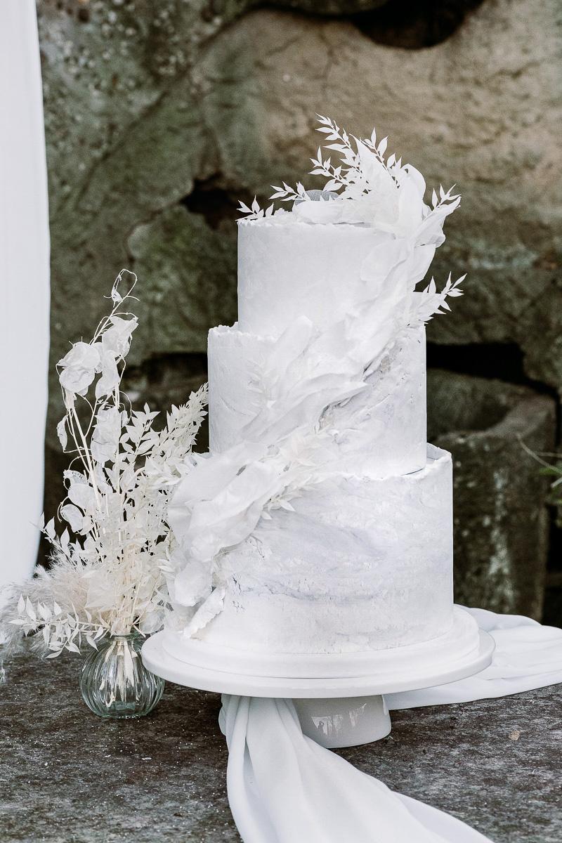 winter wedding in villa cake